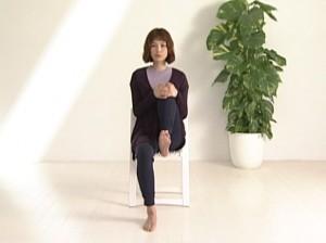 太ももをひきつけるポーズ(椅子使用)